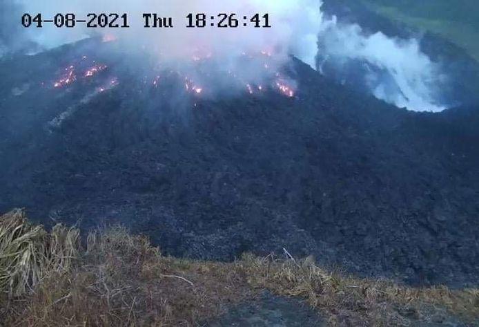 De vulkaan spuit rook uit en het magma gloeit door het aardoppervlak door, laten beelden zien van de University of West Indies Seismic Research Center.