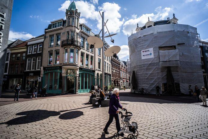 Het Land van de Markt in de Arnhemse binnenstad, met de huidige lichtmast van Gijs Bakker. Binnenstadsbewoners en -ondernemers zouden graag meer groen op het plein zien.