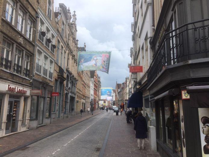 De typische vlaggen voor de Bloedprocessie hangen in de straten.