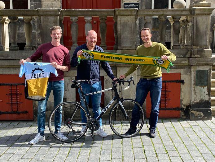 vlnr: Fortuna Sittardfans Joris van Duin, Yelle Tieleman en Nort Hesse fietsen van Utrecht naar het stadion van de club na een verloren weddenschap.