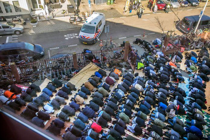 Zeer veel bezoekers en politiebewaking As-Soennah moskee tijdens het vrijdaggebed. Zelfs buiten de moskee werd gebeden.