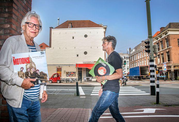 Zanger Rudy Bennet (L) en kunstenaar Henk Augustijn. Op de achtergrond de muur waar de tekst van Wasted Words van the Motions op komt. Foto:Frank Jansen