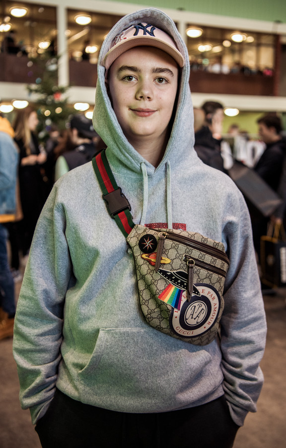 ,,Niemand vertelt mij hoe ik eruit moet zien'', stelt scholier Valerio van Rijssen (13). ,,De hoody is een basic kledingstuk voor mij. Buiten heb je altijd een capuchon als het regent.''