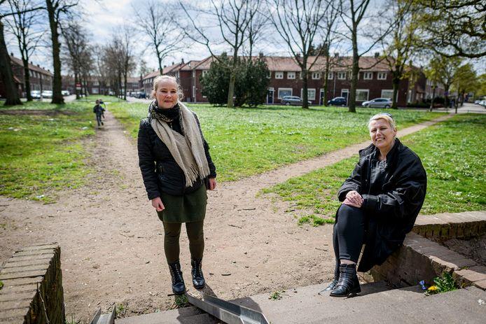 Buurtbewoonster Miranda Timmerman (links) en Anne-Marie Pleijhuis van Avedan in het plantsoen van de Boomsplaats, waar volgens de buurt flink meer van te maken valt.