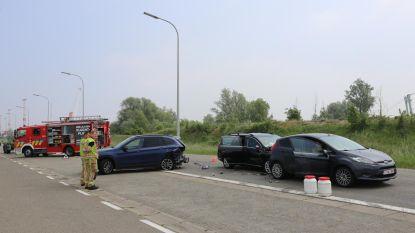Drie auto's botsen aan overweg