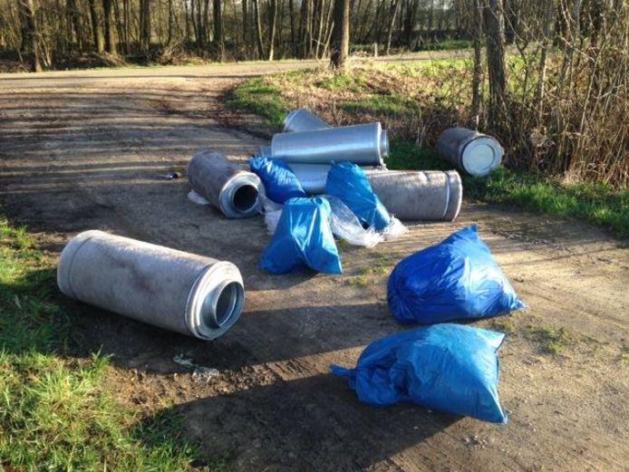 Drugsafval aan de Sambeeksedijk in Sambeek.