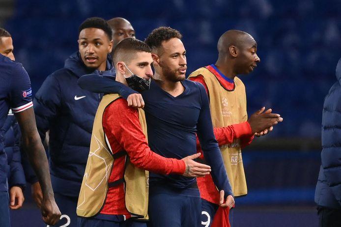 Neymar viert met Marco Verratti het bereiken van de halve finale.