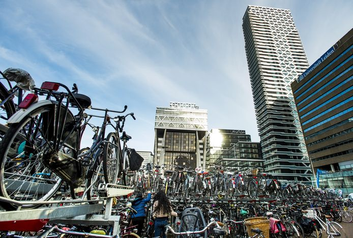 De tijdelijke fietsenstalling op het KJ-plein bij Den Haag Centraal.