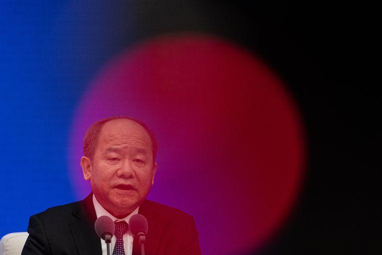 Ning Jizhe, commissaris van het Nationaal Bureau voor de Statistiek, sprak maandag tijdens een persconferentie in Beijing over de Chinese economie. Die is met 2,3 procent gegroeid, ondanks het coronavirus. Beeld EPA