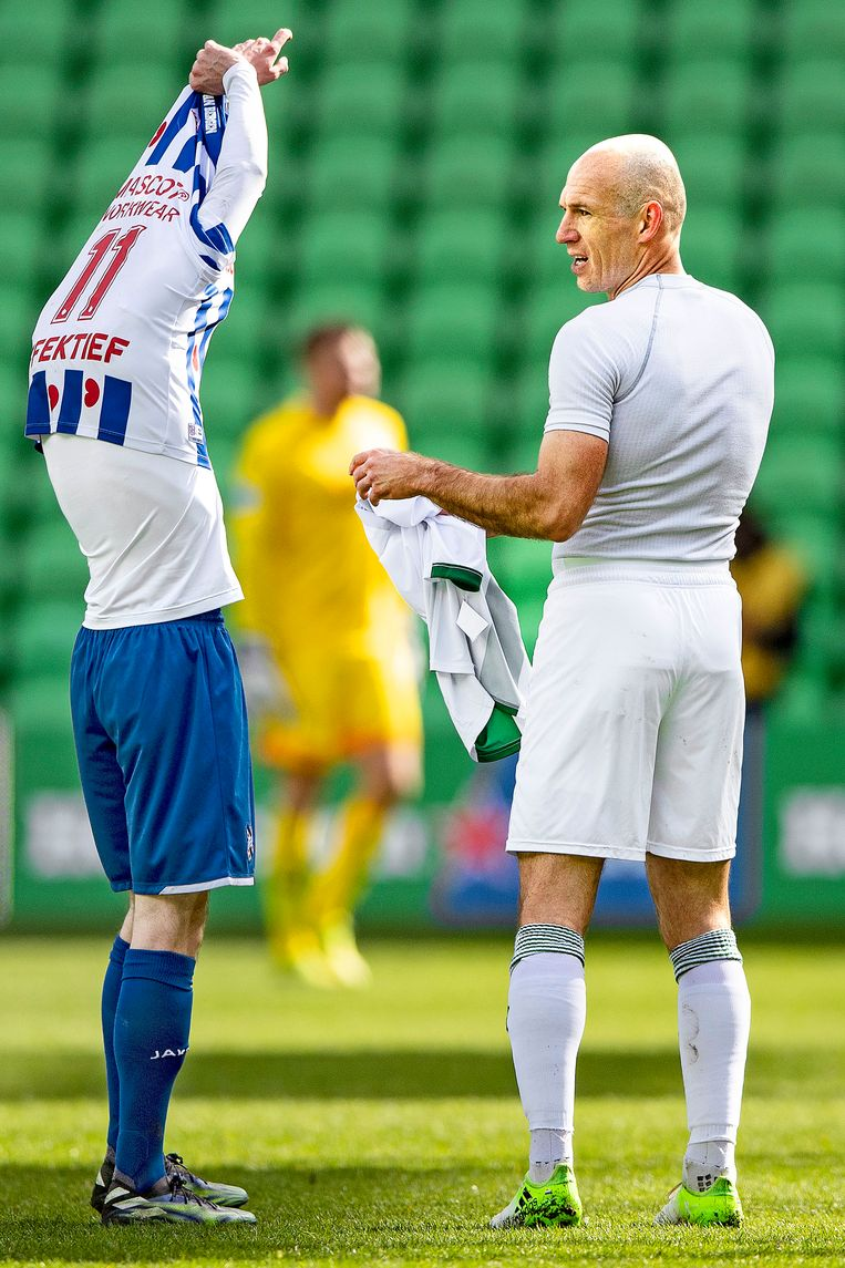 Robben ruilt zijn shirtje met Mitchell van Bergen van Heerenveen. Beeld Guus Dubbelman / de Volkskrant
