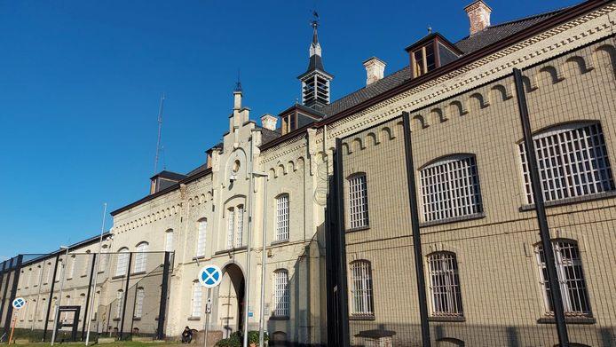 De cipiers eisen een complete lockdown om de besmettingen binnen de gevangenismuren in te dijken.