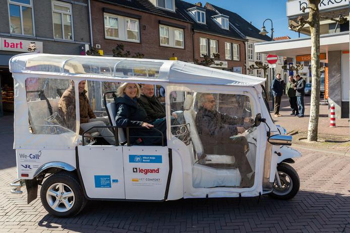 Mogelijk gaat een tuktuk rijden naar het strand.