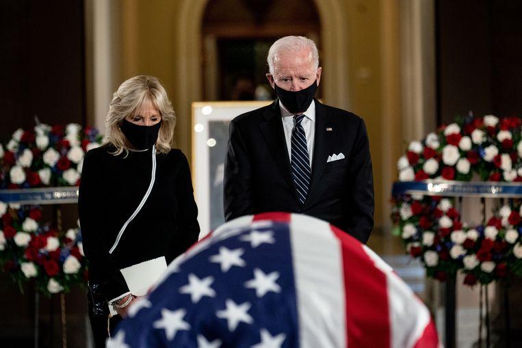 Joe Biden en zijn vrouw Jill nemen afscheid van Ruth Bader Ginsburg, die in de Statuary Hall van het Capitol in Washington ligt opgebaard. Beeld EPA