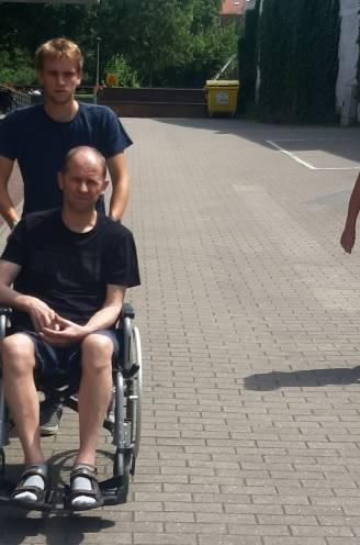 """Geert (58) lijdt aan jongdementie, gezin getuigt in documentaire: """"Papa wandelde 5 jaar geleden 30 km, nu kan hij met moeite stappen"""""""