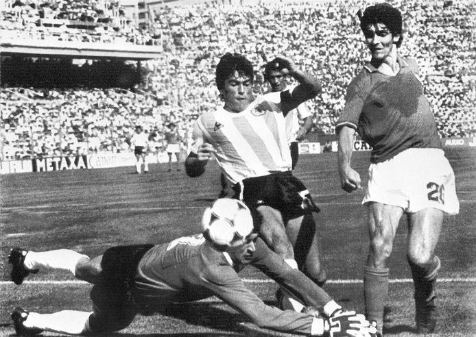 WK van 1982: Argentinië-doelman Ubaldo Fillol voorkomt dat Paolo Rossi scoort. Midden Daniel Passarella.