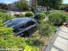 Auto belandt midden in voortuin in Sliedrecht: 'Huh, hoe is dit nou weer gebeurd?'