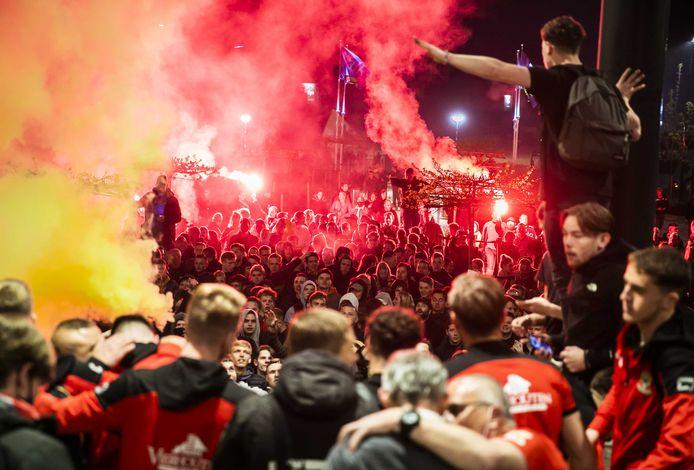 De spelersbus van Go Ahead Eagles komt aan in Deventer. Daar werden de voetballers warm onthaald door supporters vanwege de promotie naar de Eredivisie door de winst op Excelsior (1-0).