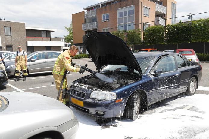 Auto vliegt spontaan in brand in Waalre als eigenaar even boodschappen doet