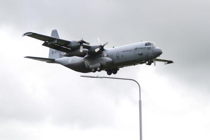 Een Hercules transportvliegtuig uit België maakte rond de middag enkele oefennaderingen bij vliegbasis Leeuwarden (foto uit archief van soortgelijke oefening, een paar weken geleden).