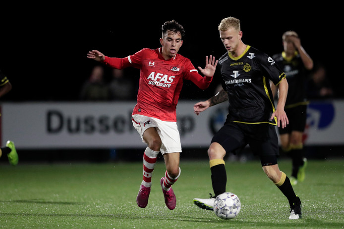 Mohamed Taabouni (Jong AZ) en Luuk Brouwers (FC Den Bosch).