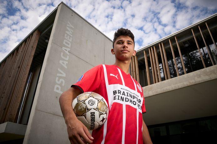 Konstantinos Evripidou bij het gebouw van de jeugdopleiding van PSV.