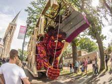 Coronaproof bloemencorso in Beltrum: publiek loopt route door het dorp langs stilstaande wagens