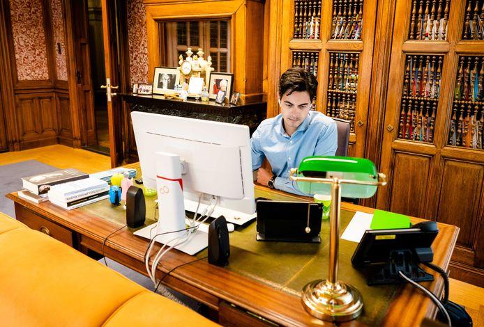 Rob Jetten aan het werk in de Tweede Kamer.
