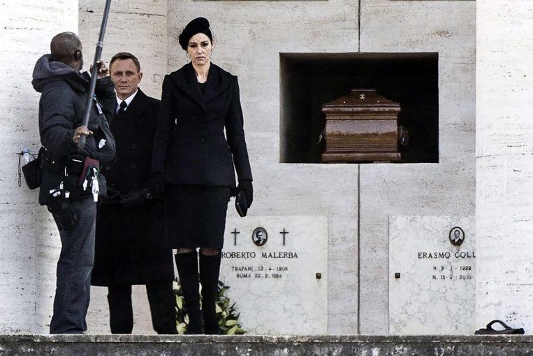 Daniel Craig en Monica Bellucci tijdens de opnames van Spectre. Beeld anp