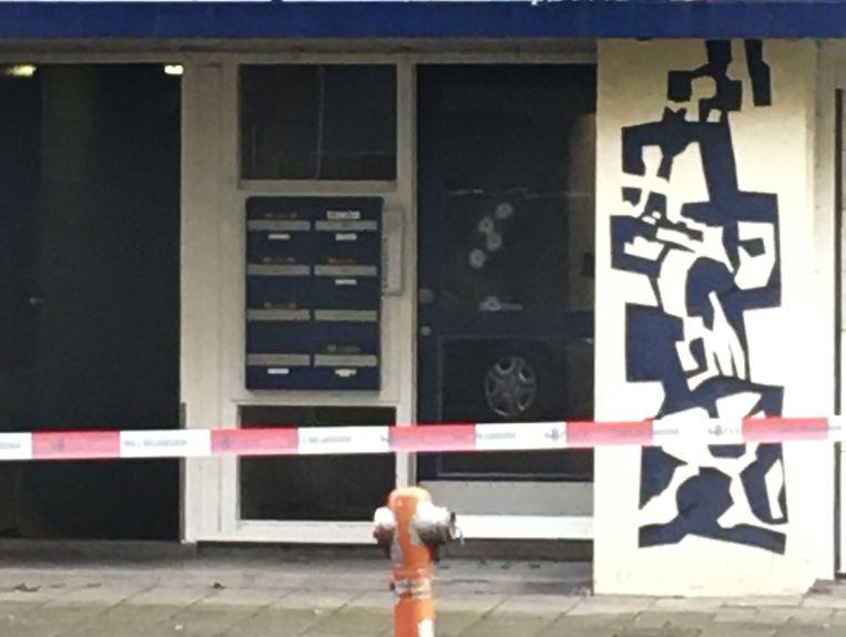 Een woning in de Naaldwijkstraat in Zuid is vannacht beschoten.  Beeld Het Parool
