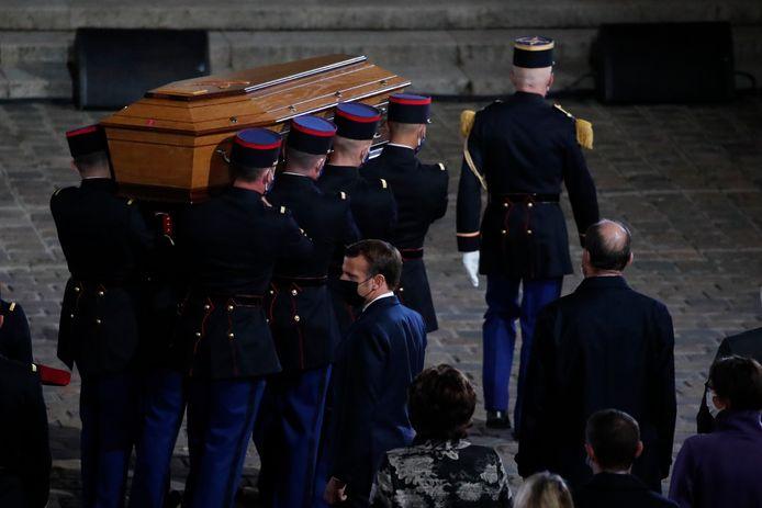 De kist met daarin het lichaam van Samuel Paty bij de herdenkingsdienst van gisteravond.