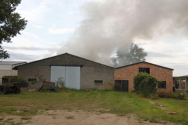 De brandweer had het vuur snel onder controle waardoor het kon voorkomen dat het zou overslaan op de woning.