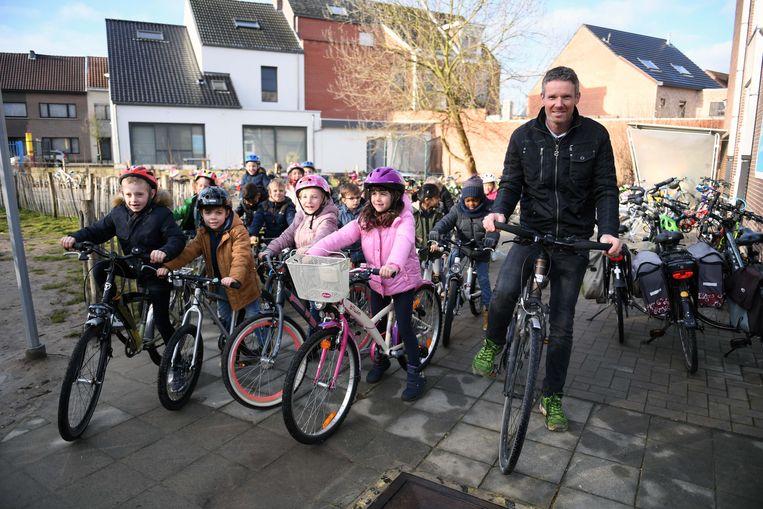 Weerman Frank Duboccage fietste ook op de speelplaats met het eerste en tweede leerjaar.