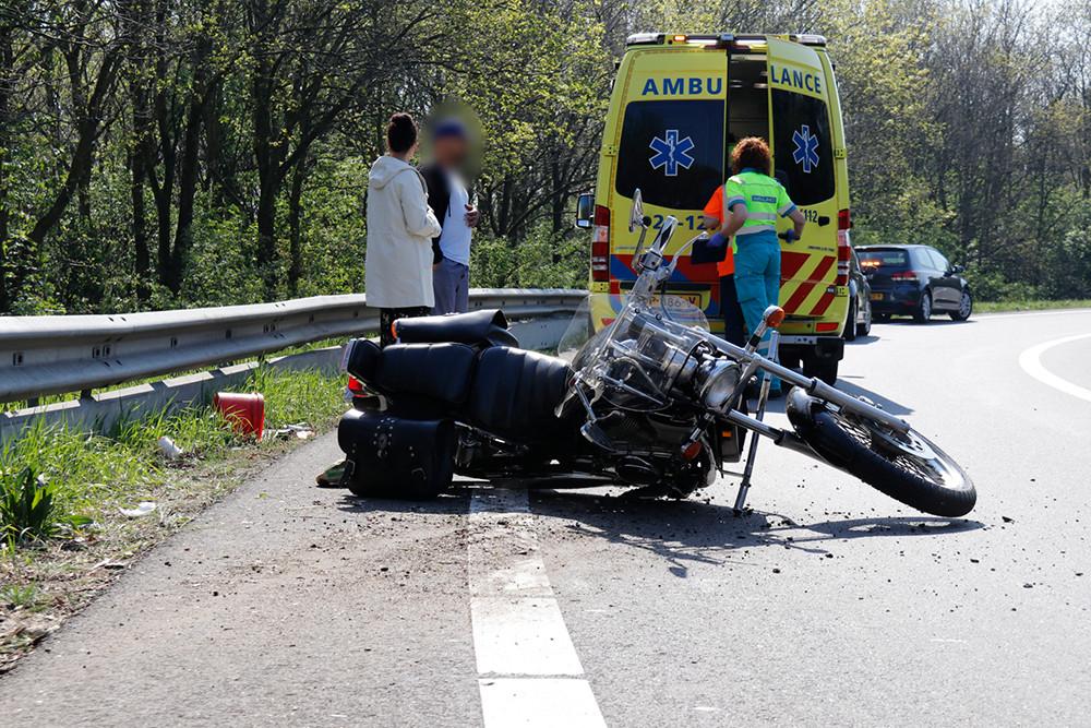 De motorrijder ging onderuit in een bocht.