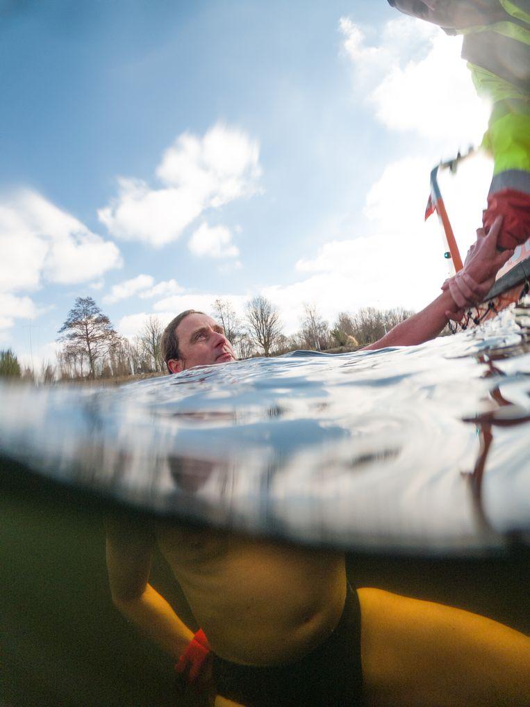 Kjeld de Ruyter (49) in het koude water. Beeld Ivo van der Bent