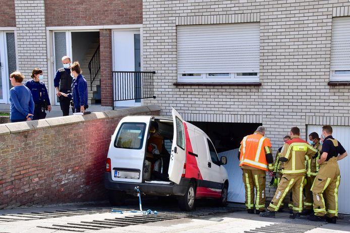De Citroën Berlingo begon om nog onbekende reden naar beneden te bollen en botste daar tegen de muur en de garagepoort, langs de Mandenmakersstraat in Bellegem.