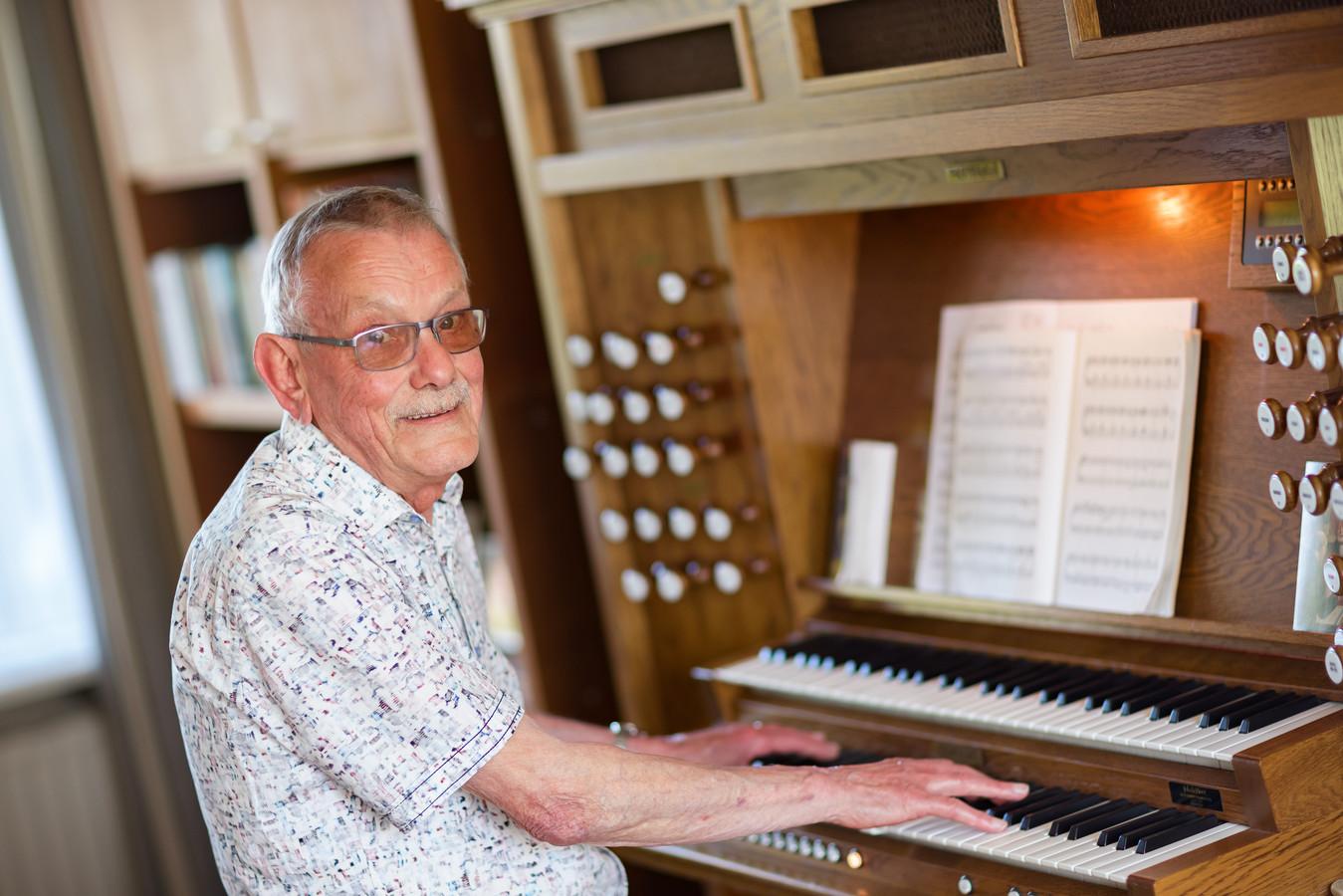 Jan Willeboordse, thuis achter zijn orgel. 'Dat het steeds weer een uitdaging is om er zo goed mogelijk op te spelen, dat is het mooie van een orgel.'
