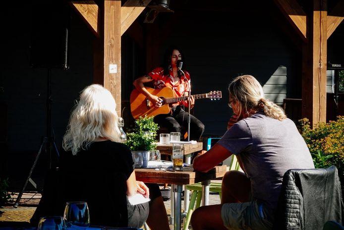 Het idee van Rondje Pontje Rock: fietsend langs vijf terrassen nabij de IJssel, waar onder het genot van een drankje naar optredens gekeken kan worden.