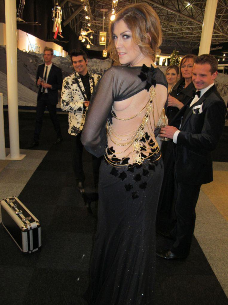 Ook Vlaanderen produceert jetset: Kelly Pfaff in een jurk van Nicky Vankets, en een entourage. Beeld