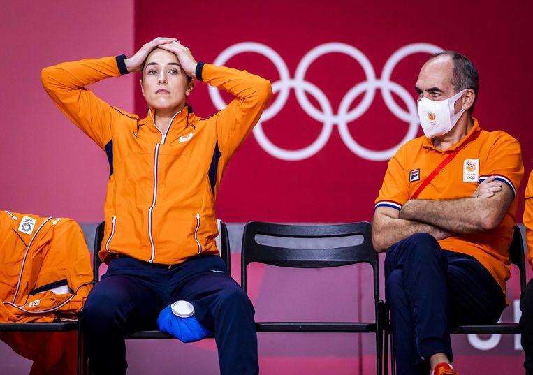 Een wanhopige Lois Abbingh op de bank tijdens het verloren duel tegen Frankrijk. Beeld ANP