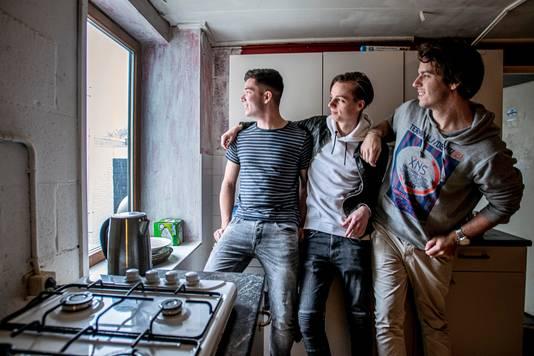 Robin, Jens en Nick bij één van de spaarzame ramen in het pand.
