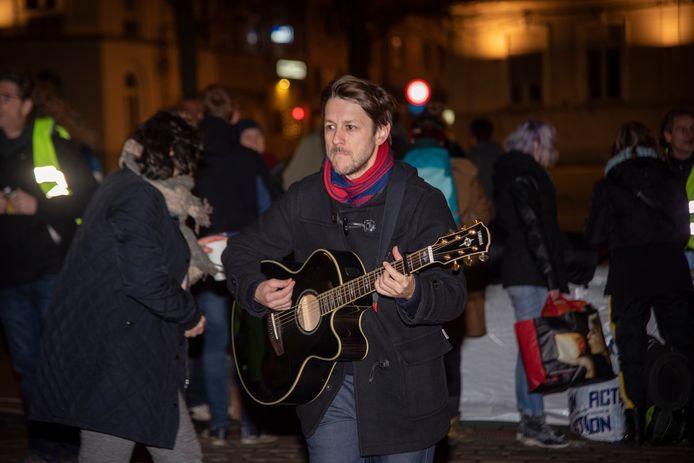 Sioen kwam enkele nummers spelen op de daklozenactie.