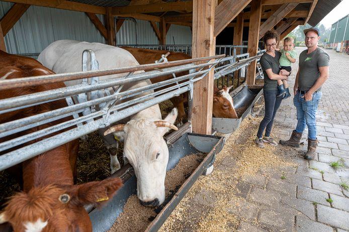 Achtmaal - 11-09-2021 - Pix4Profs / Johan Wouters - Voor de rubriek Van West Brabantse Bodem JS Tuinplanten uit Achtmaal. Eigenaren Evelien Hendrickx en Jannick Schrauwen met hun zoontje Faas.