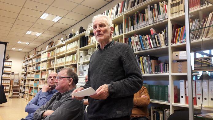 Frans Abrahams bij de presentatie van archeologische vondsten in Schijndel. Hij stopt als voorzitter van Heemkundekring Schijndel.