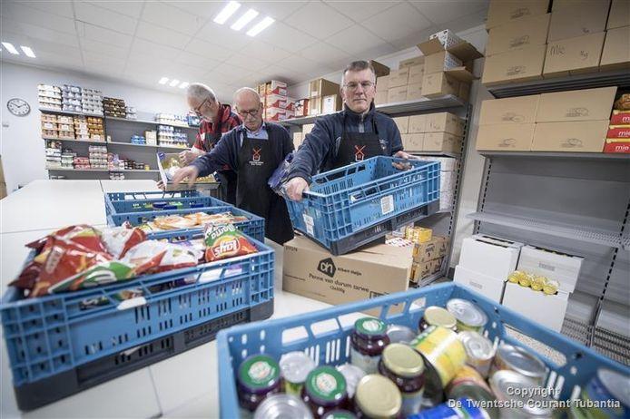 Gerrit Wessels (rechts) in het nieuwe onderkomen van de voedselbank