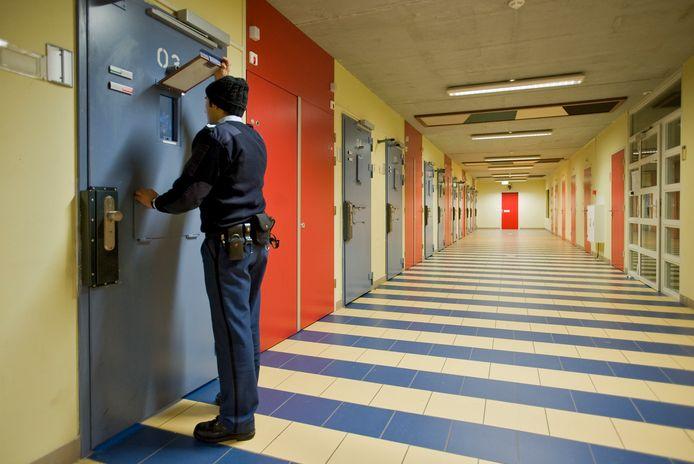 Een cipier controleert een van de cellen in de penitentiaire inrichting in Tilburg.
