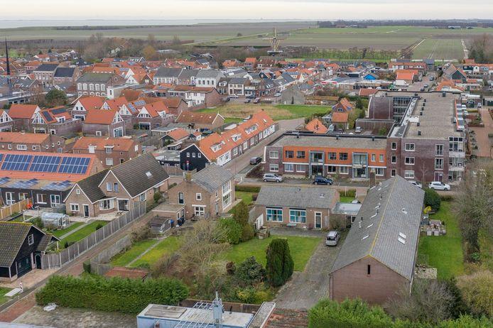 De voormalige mavo van Wissenkerke (rechtsonder) met daar tegenover het Amaliahof.  De buurt verzet zich tegen de komst van 16 arbeidsmigranten in het oude schoolgebouw.