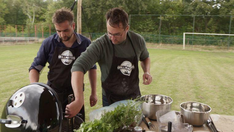 Tom Geleyn en Toon Vandenbranden aan het werk in Grillmasters.