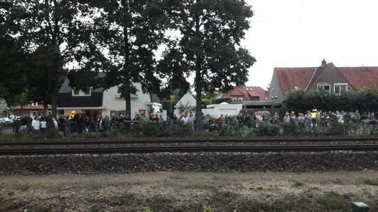 Publiek staat opgesteld aan de andere kant van het spoor en kijkt naar de brand bij Fire-up in Oisterwijk