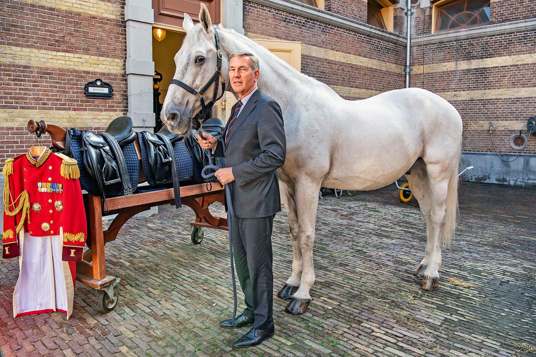 Stalmeester van de koning Bert Wassenaar en zijn schimmel Mitch gaan na Prinsjesdag met pensioen.  Beeld Guus Dubbelman / de Volkskrant