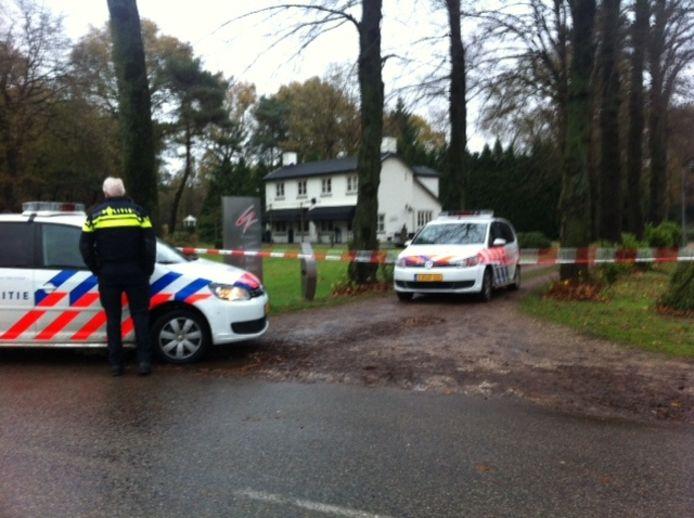 De woning van Van Voorst wordt door de politie beveiligd.